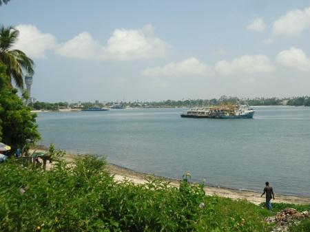 Vue partielle du port et du bord de mer.