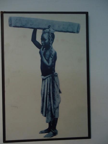 Les enfants (en bonne santé) étaient aussi très prisés par les marchands d'esclaves. Une fois formés, ces enfants pouvaient rester au service de leur(s) maître(s) pendant 15 ou 20 ans. La poutre est reliée par une chaîne à la cheville pour empêcher la fuite de l'enfant.
