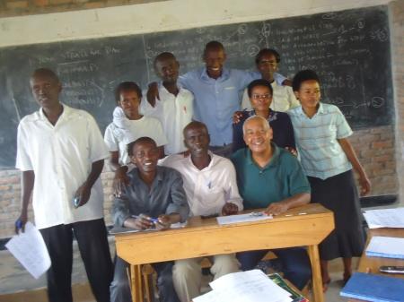 Après 90 minutes de travail, le directeur, Théoneste (assis, au centre, en chemise blanche) et ses enseignants ont maintenant un plan pédagogique pour l'année scolaire....