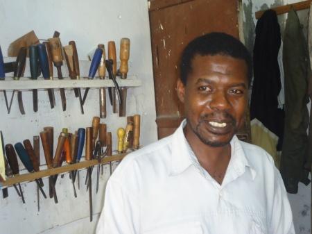 Abdulah, sculpteur sur bois, devant ses outils, dans sa boutique de Stone Town, à Zanzibar...