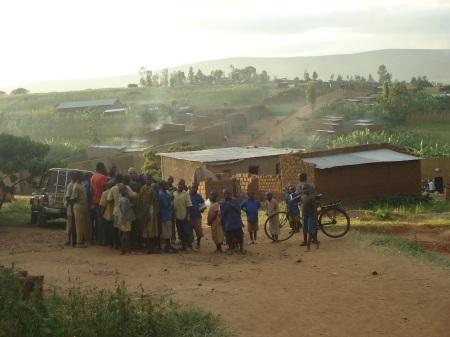 Fin de journée dans le secteur de Musheri et, ci-dessous, le lendemain, une des rues principales du secteur de Rwwimiyaga.