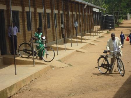 Un à un, les formateurs vont fièrement chercher leur bicyclette toute neuve...