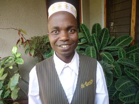 Jahiruni, de confession musulmane... qui travaille à la réception et au service d'accueil de l'auberge St Eugenes... Un bel exemple d'intégration et de tolérance à la Tanzanienne....