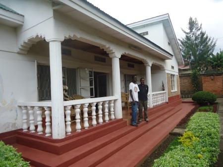 La confortable Amahoro Guest House à Musanzre et, ci-dessous, le visage toujours souriant du très efficace Muhoozi, responsable des clients qui logent dans la maison