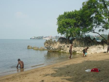 Plage au centre-ville de Gisenyi. À l'horizon. Goma, en RDC