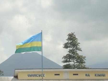Devant les volcans, le drapeau du Rwanda flotte au-dessus du Bureau de secteur de Kinigi, samedi 2 mars.