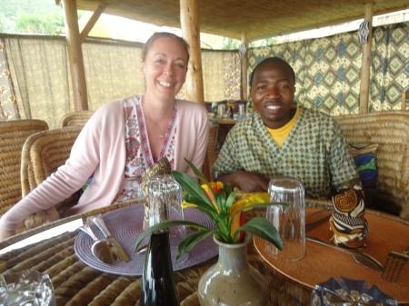Marie-Noëlle en compagnie d'Anastase, un des employés d'Inzu Lodge, le 5 mars