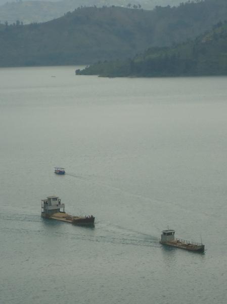 Péniches transportant du sable sur le laxc Kivu