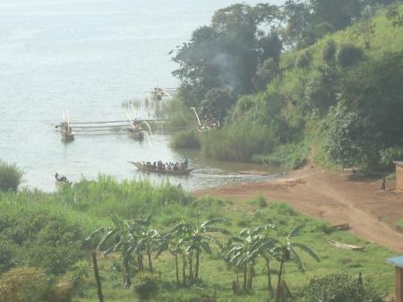 Scènes typiques de Cyangugu. Ci-dessous, un petit marché, près du lac