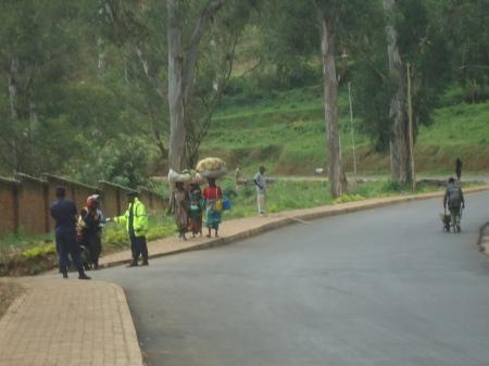 Autre scène courante au Rwanda: les contrôles de police. Les chauffeurs de moto-taxi sont souvent ciblés, comme ici, à Cyangugu. A noter, à gauche du policier (en jaune) un militaire, armé. Quelques jours tard, à Kibuye, j'ai observé un contrôle similaire qui visait cette fois le passager de la moto-taxi. Le policier inspectait en détail le contenu du portefeuille du passage...