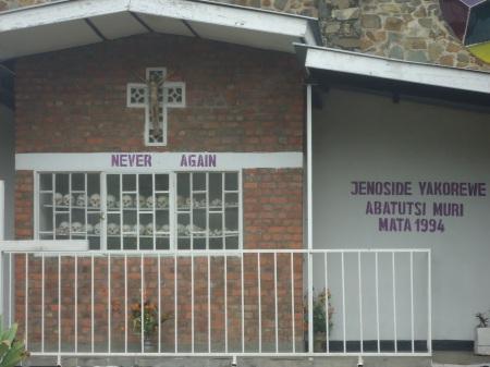 Monument érigé en homage aux victimes du genocide à Kibuye