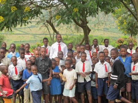 Jean-Baptiste, directeur de l'école Rutaraka, entouré de quelques uns de ses élèves