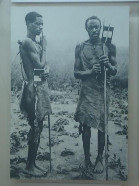 Paysans exhibant leur carte d'identité, 1910