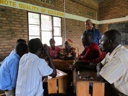 En compagnie de l'équipe d'enseignants de l'école Gashahi, mardi matin
