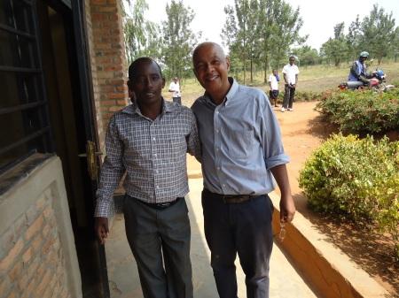 En compagnie d'Adolphe, diirecteur de l'école Groupe scolaire Bweya, Secteur Rwempasha, le vendredi 14 juin 2013