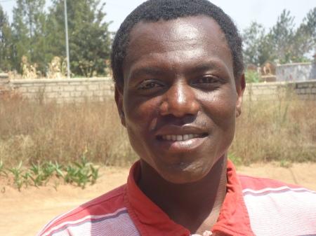 Célestin, étudiant le soir, en gestion, à la polytechnique de Nyagatare et, pendant la journée, chauffeur de moto, six jours sur sept...