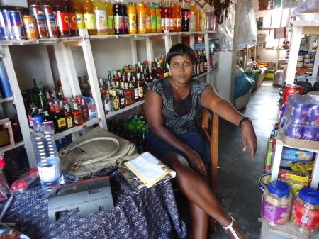 Claudine, dont la boutique est située à une dizaines de metres de son concurrent