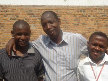 De gauche à droite, Robert, jeune professeur de langues à GS Nyagatare (swahili, anglais et français) en compagnie de deux collègues, Dominique, professeur au primaire et Damian, mentor en anglais, originaire de l'Ouganda.