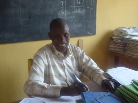 Éraste, 71 ans, professeur au primaire à l'école GS Nyagatare. C'est lui qui, tous les matins, à 6h, ouvre les grilles de l'école.... Il est aussi souvent l'un des derniers à quitter l'établissement, à 17h.