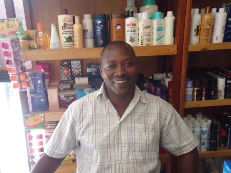 """John, propriétaire du seul """"supermarché"""" de Nyagatare, qu'on peut voir ci-dessous"""