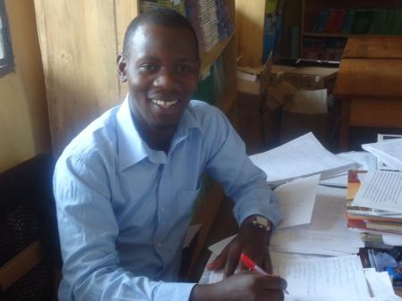 Olivier, ex-comptable à GS Nyagatare, toujours aimable et souriant, travaille maintenant comme enseignant-libraire...