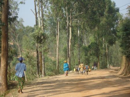 Côté cour, la route qui relie Remera à Ruhondo. Côté jardin, ci-dessous, Remera