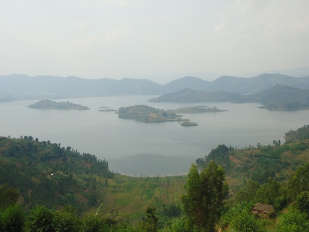 Le lac Ruhondo, vu de Remera et, ci-dessous, le sourire des habitants, juillet 2013
