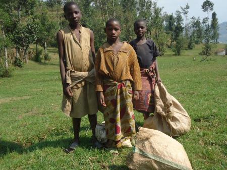 Les enfants, comme partout ailleurs, sont au travail, avant de rejoindre, l'après-midi, l'école, située tout en haut du lac...